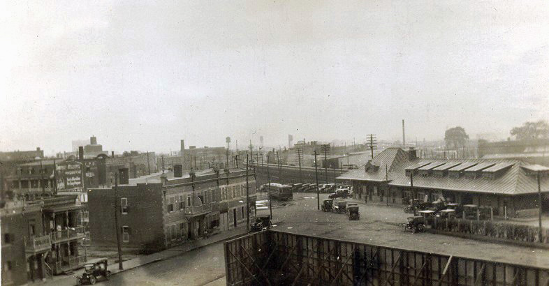 La gare du Mile End, vue du toit du Patro Le Prevost
