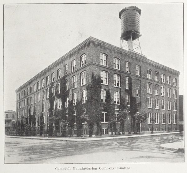 Photo de l'édifice après son agrandissement, vu depuis l'intersection de Bullion / Elmire.
