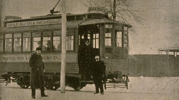 Tramway électrique arrêté devant le nouveau terrain des Shamrocks – Le monde illustré, 2 février 1895 – BAnQ