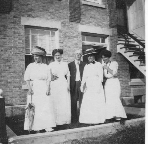 «The McNulty Misses». Quatre des sœurs McNulty, devant leur logement du 2567 avenue du Parc, vers 1911-1915. Marcella se trouve à l'extrême-gauche et Babe, à l'extrême-droite. Charles Fox se trouve au milieu, à la gauche de sa femme, Annie. La quatrième sœur, Louise, se trouve à la droite de Marcella. Collection Vicky Robinson.
