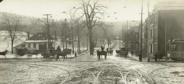 L'intersection de l'avenue du Parc et de l'avenue du Mont-Royal, 20 novembre 1912. On aperçoit à gauche la villa «Cherrygrove», démolie vers 1914. / Thomas Fisher Rare Book Library, University of Toronto.