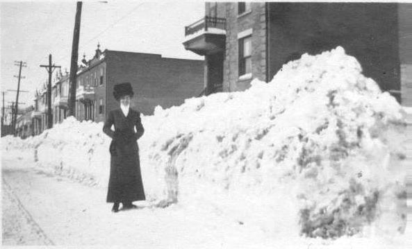 Marcella McNulty, devant le triplex de l'avenue du Parc, entre 1911 et 1915. Collection Vicky Robinson.