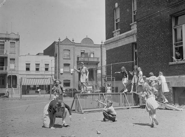 Enfants jouant au terrain de jeux du « North End YMCA », avenue du Parc. Conrad Poirier, 10 juillet 1942. BAnQ P48 S1 P7518