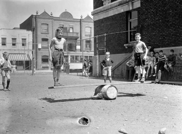 Enfants jouant au terrain de jeux du « North End YMCA », Conrad Poirier, 10 juillet 1942. BAnQ, P48 S1 P7517