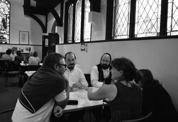 – Jacob Karmel et Hershber Hirsch de la communauté hassidique discutent avec des résidents du Mile End