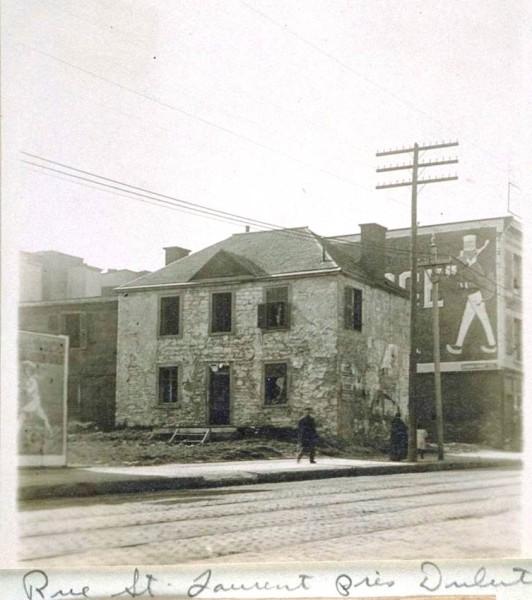 «Mile End Lodge» peu avant sa démolition, vers 1914. La notice dans les «albums de rue d'E-Z Massicotte» (BAnQ), l'identifie à tort comme une ancienne barrière à péage.