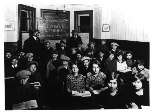 L'école Bialik, lorsqu'elle se situait au 5328 rue Jeanne-Mance, vers 1926-1927. Archives juives canadiennes, P95-17A.