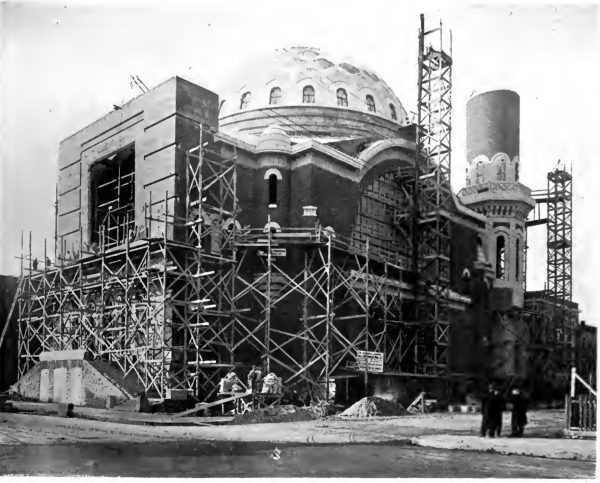 L'église St. Michael en construction. Construction Journal, 1916.