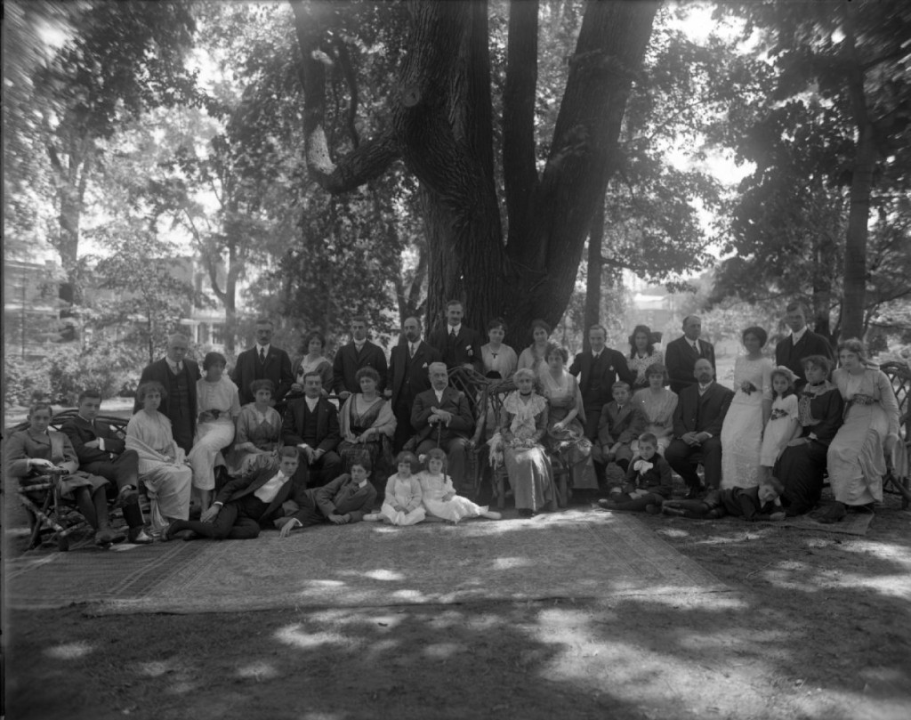 Beaubien family reunion, in the gardens of the Outremont residence, in 1914. Louis Beaubien, family patriarch at the time, is at the centre. (BAnQ)