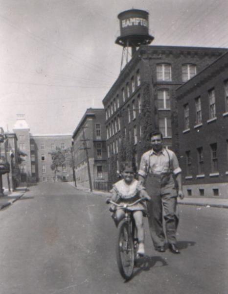 L'édifice Campbell vu depuis l'avenue Coloniale, en 1947.