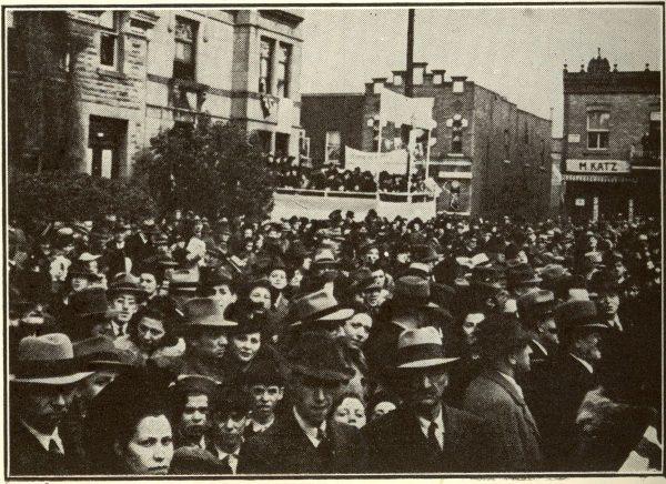 Plusieurs milliers de personnes ont assisté à la cérémonie de la première pelletée de terre pour le nouvel édifice, le 27 octobre 1940. Canadian Jewish Chronicle, 1er novembre 1940.