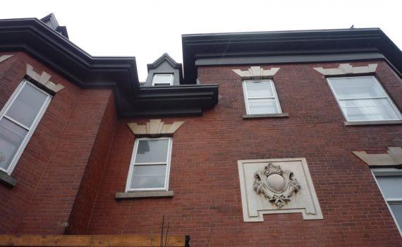 Ornementation au-dessus de l'entrée des appartements aux 5202 et 5204 avenue du Parc