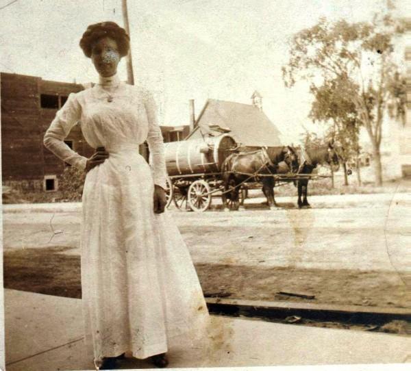 Marcella McNulty, sur le trottoir situé du côté ouest de la rue Hutchison, probablement devant le triplex où réside alors la famille, vers 1910. L'église de l'Ascension, avenue du Parc, est en arrière-plan. Collection Vicky Robinson.