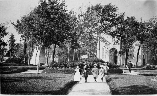 Figure  4 - Lahaie Park, named in honour of Father Lahaye, 1898. The original façade of the church is visible in the background. (City of Montréal Archives)