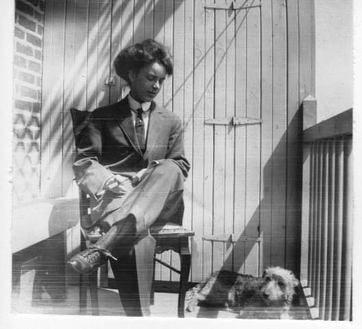 Babe McNulty, sur le balcon arrière du logement de l'avenue du Parc, vers 1911-1915. Collection Vicky Robinson.